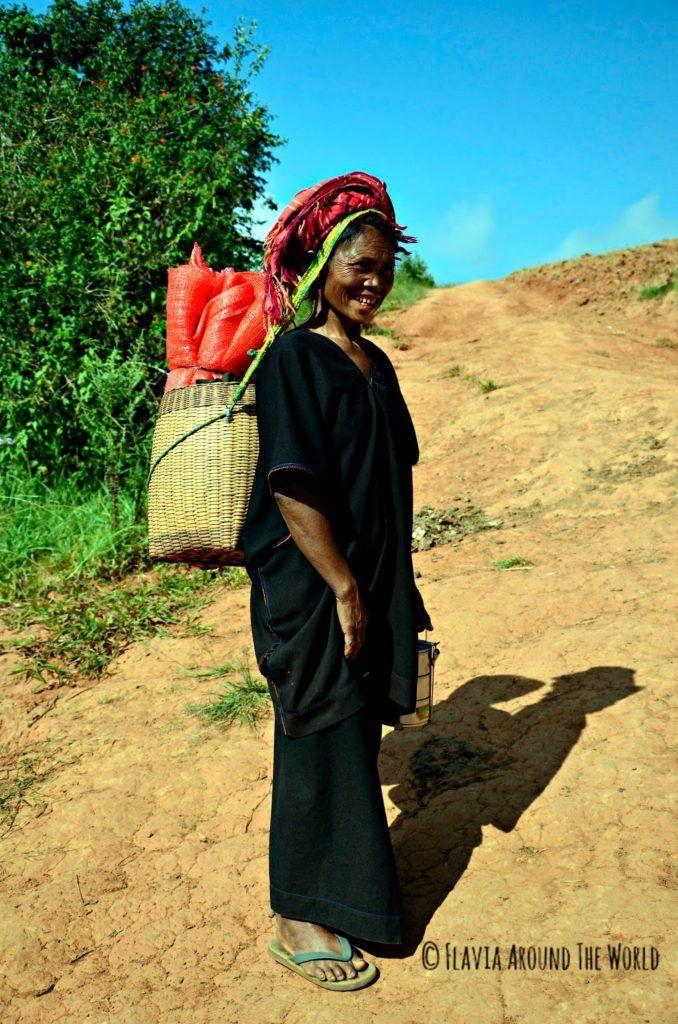 Mujer de la tribu Paho con cesto en la cabeza en Myanmar