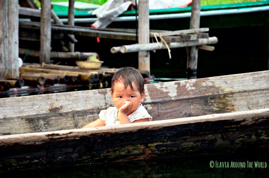 Bebé en barca en el lago Inle