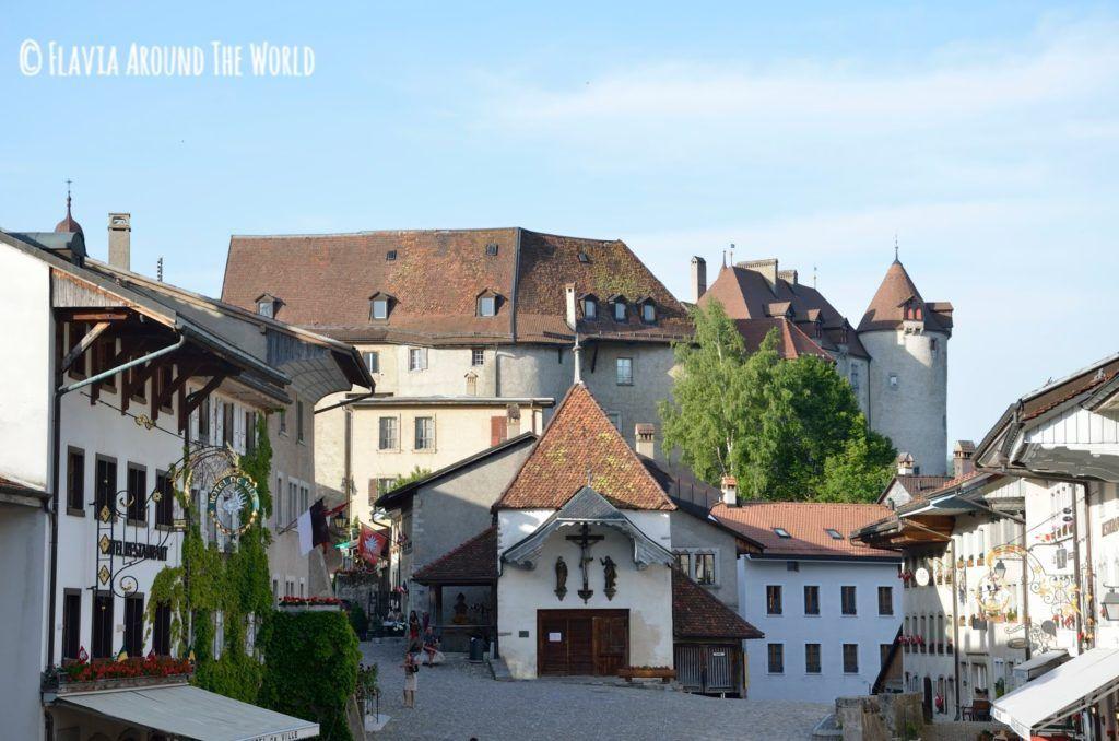 Plaza del pueblo de Gruyeres con el castillo de fondo
