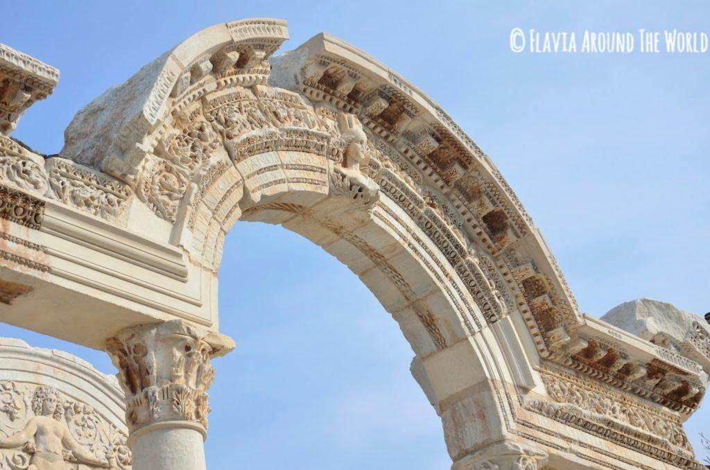 Detalle del arco del templo de Adriano