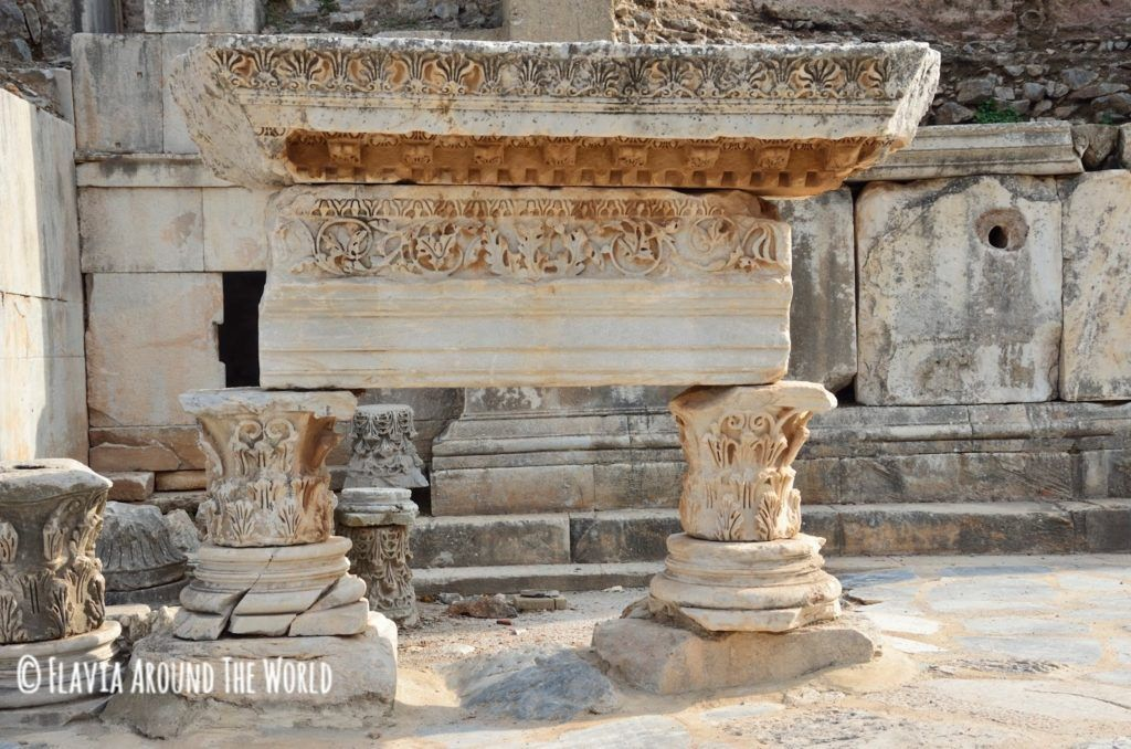 Mármol tallado en la vía sagrada en Éfeso