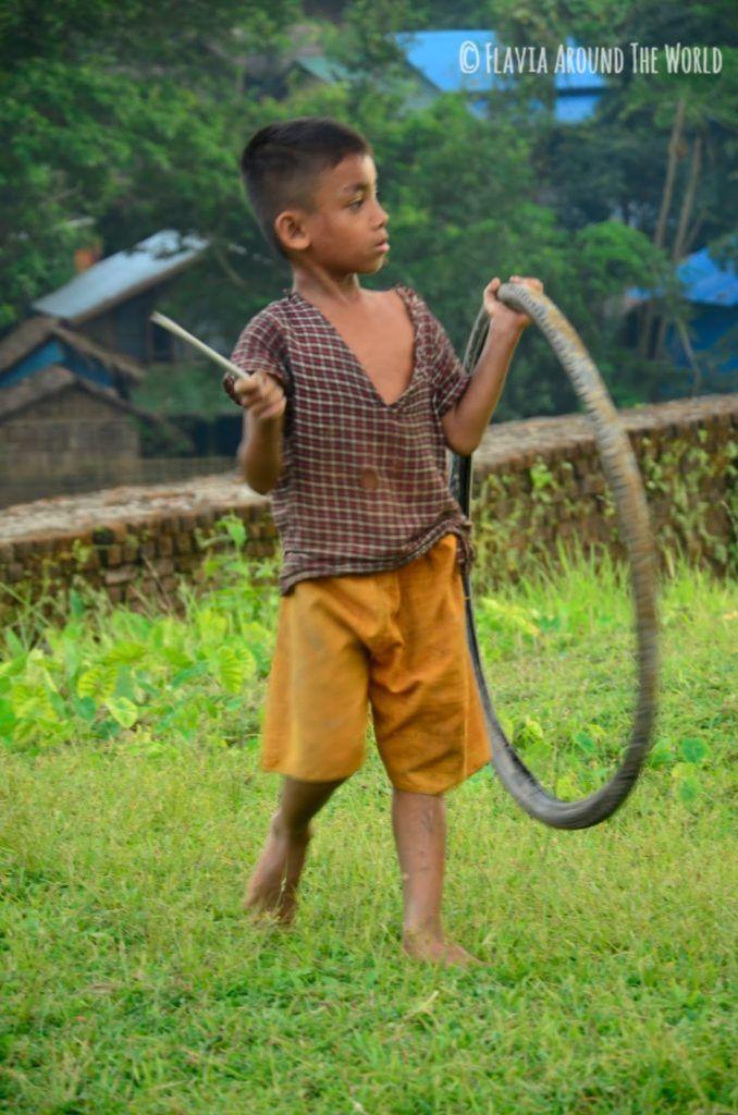 Niño birmano jugando a la rueda, Mrauk U, Myanmar