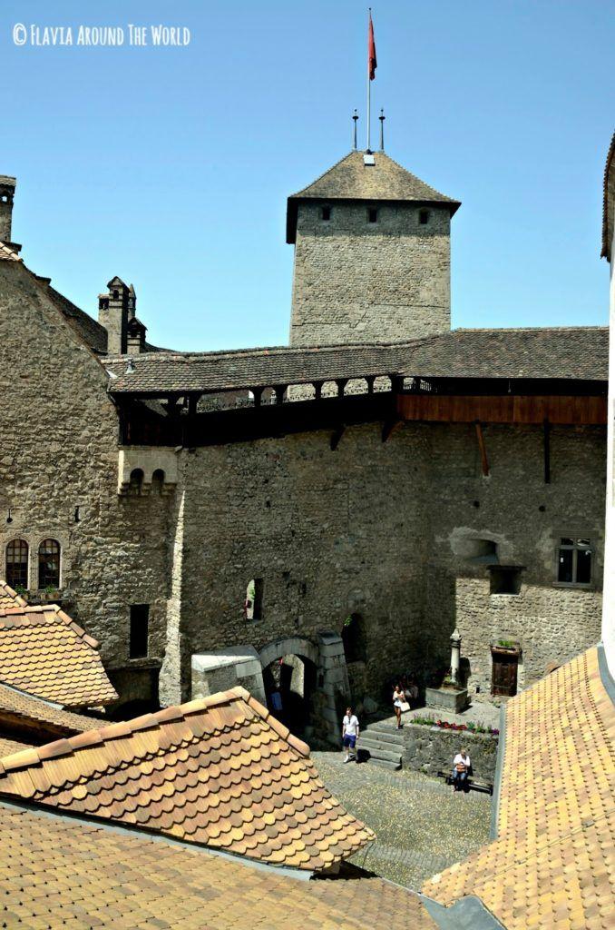 Patio y torre del castillo de Chillon, Suiza