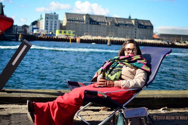 Disfrutando al soleado fresco de una cerveza en la terraza del Papirøen, Copenhague