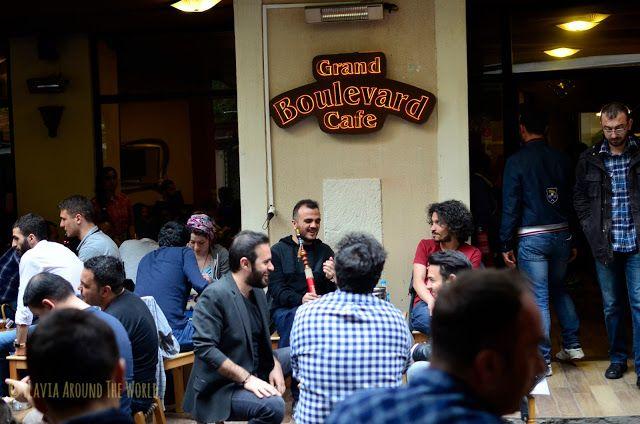 Pasando el rato en el Grand Boulevard Cafe, Estambul