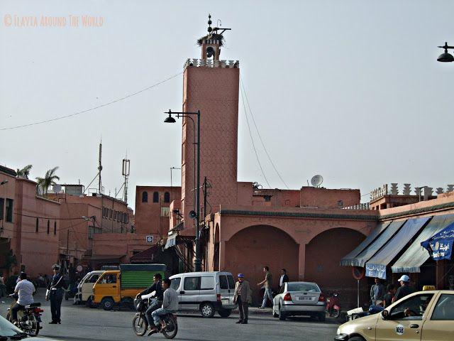 Calle con tráfico cerca de una mezquita