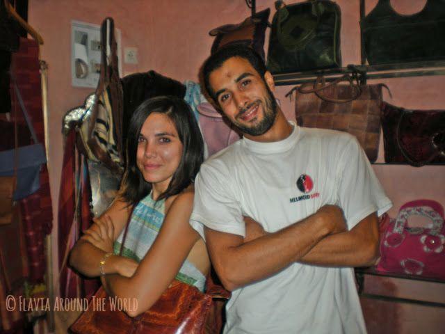 Con un vendedor de bolsos de cuero en la medina de Marrakech