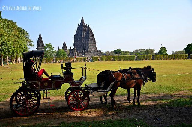 Vista del templo de Prambanán desde un lateral