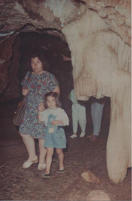 Con mi madre entrando a las cuevas de Aracena