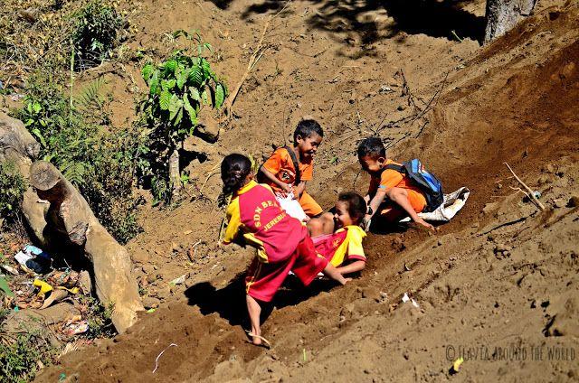 Niños en Luba pasándoselo pipa, Flores, Indonesia