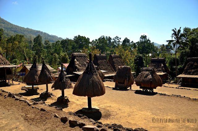 Plaza con las sombrillas de los clanes en Luba, Flores, Indonesia