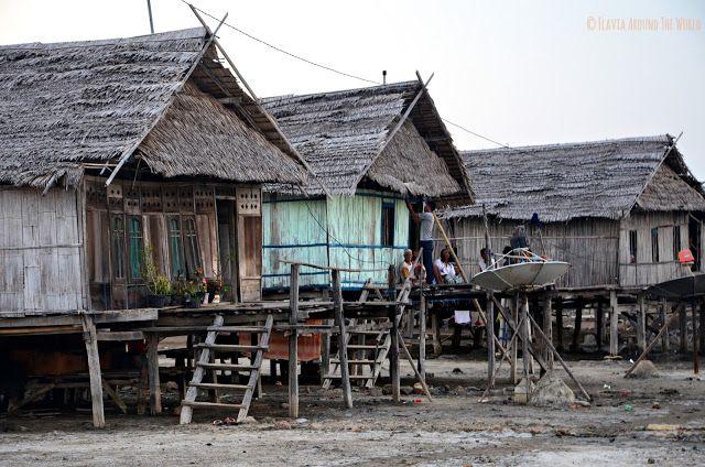 Casas cerca del puerto de Riung