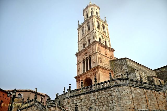 Torre renacentista de la iglesia de Santa María del Campo
