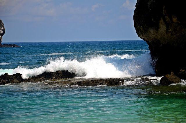Rompiendo olas contra las rocas