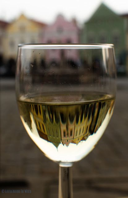 Copa de vino en la plaza de Telc, Moravia, República Checa