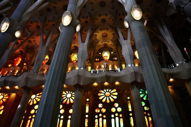 columnas y vidrieras sagrada familia