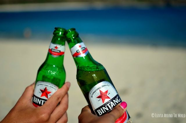 Cerveza en la playa de Mawan, Lombok, Indonesia