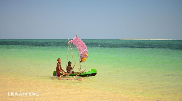 niños malgaches jugando en la playa de anakao madagascar